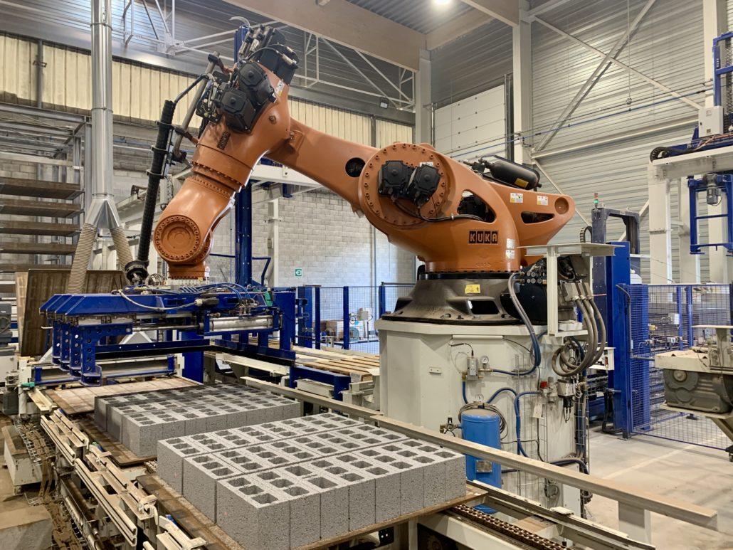 Kuka KR 1000 palletizing robot