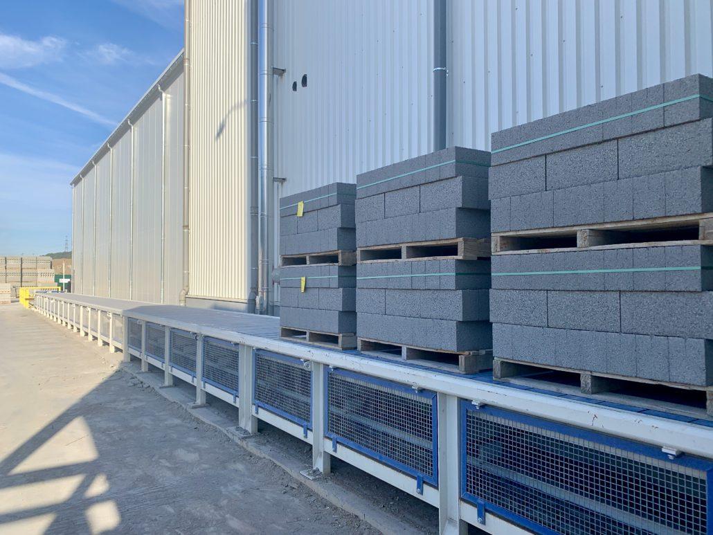 Conveyor for pre-storing